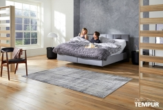 TEMPUR_RELAX_BED_CHECK_110_GREY_STOF_MODEL_MAN_VROUW_012