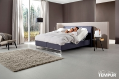 TEMPUR_RELAX_BED_SHAPE_110_CHARCOAL_MODEL_MAN_VROUW_004